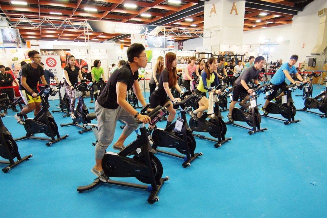 TaiSPO舞台區舉辦運動健身體驗課程讓民眾免費體驗各種運動課程。圖/貿協提供
