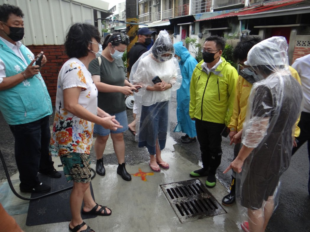 淹水嚴重的北港宗聖街,係因社區排水溝集水太小,也是造成淹水的原因之一。記者蔡維斌...