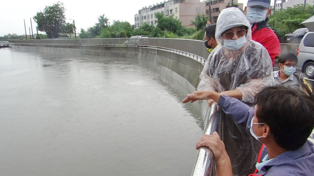 立委蘇治芬會同第五河川局長張庭華巡視北港災區,聽取水利人員說明大排難敵強降雨的原...
