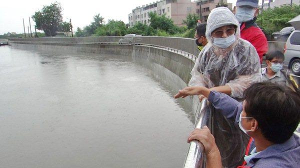 立委蘇治芬會同第五河川局長張庭華巡視北港災區,聽取水利人員說明大排難敵強降雨的原因。記者蔡維斌/攝影