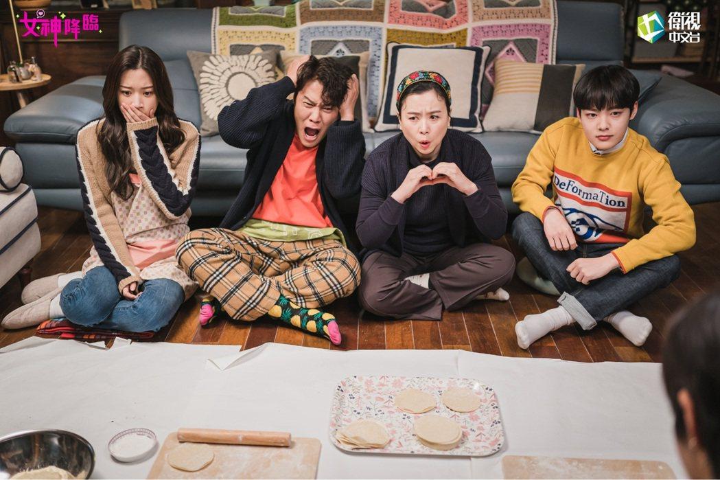 文佳煐(左起)、朴浩山、張慧珍、金珉基在「女神降臨」中飾演一家人。圖/衛視中文台...