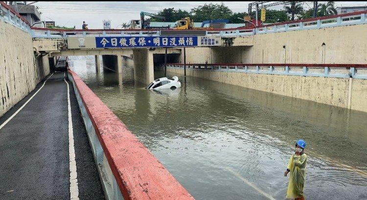 嘉義市興業西路地下道今天淹水封閉,有民眾開車疑誤闖,幸好迅速脫困。記者林伯驊/翻攝