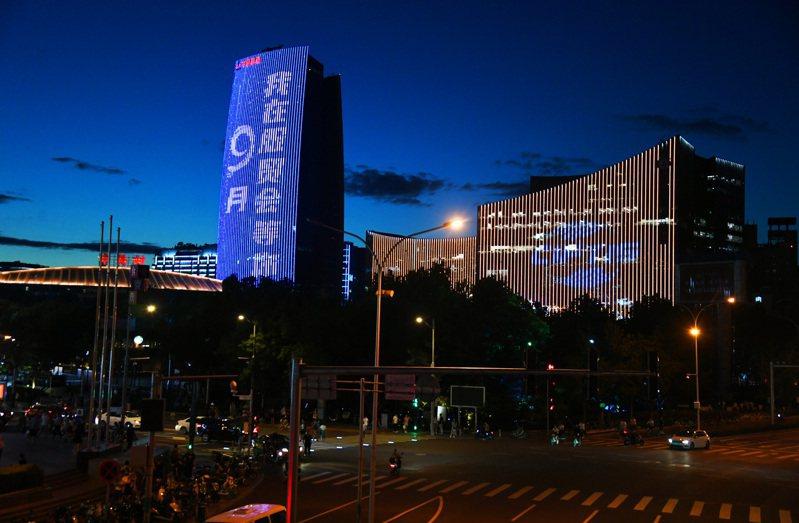 2021年大陸服貿會燈光展示「點亮」夏夜京城,這是北京市海澱區中關村大街拍攝的2021年服貿會戶外燈光展示。(新華社)
