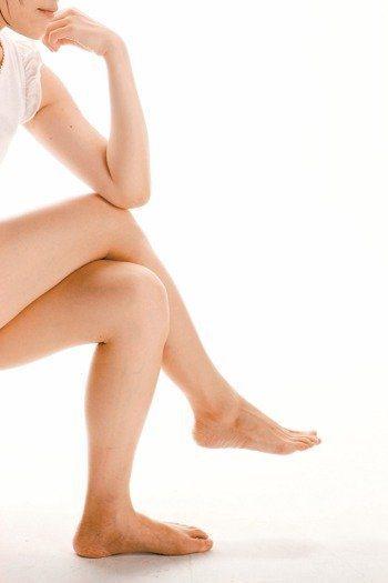 蹺腳久坐不動,易引起腰痠背痛。圖/本報資料照片