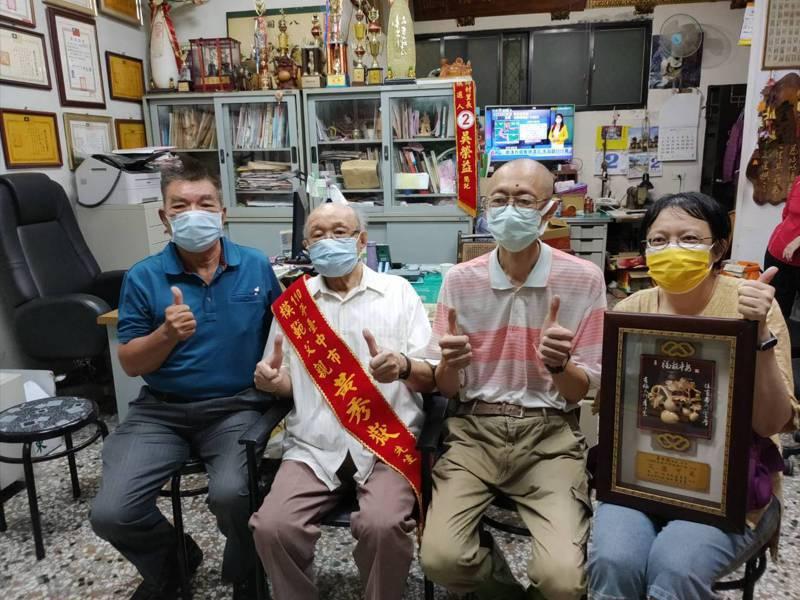 台中市94歲長者黃秀嶽(左二)獲選為模範父親,他將妻子前段婚姻的子女視如己出,父愛讓人動容。記者黃寅/攝影
