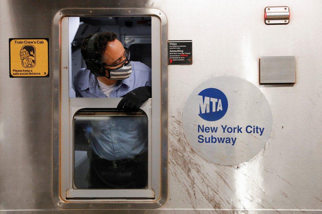 紐約州2日下令MTA員工須在勞動節前接種疫苗,否則必須定期接受病毒檢測。路透