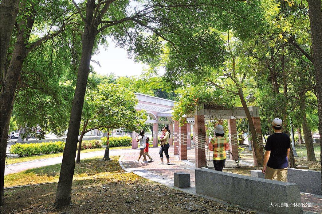 廣大綠地公園肆意跑跳,享受美好的親子休閒時光。圖片提供/匯成機構