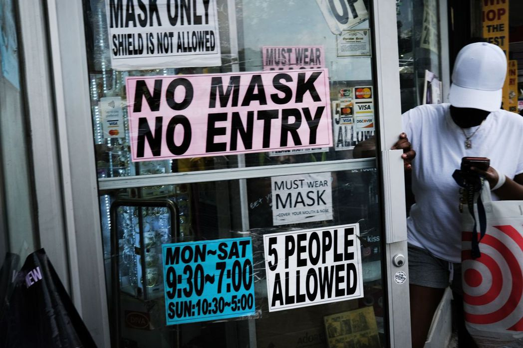 圖為紐約一家要求民眾配戴口罩才能進入的店面。 圖/法新社