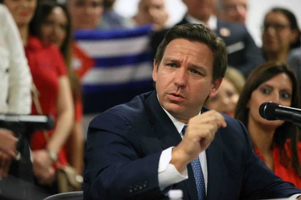 「絕不讓自由派奪走大家的『自由』!」以佛羅里達州州長德桑提(圖)斯為首的保守派,...