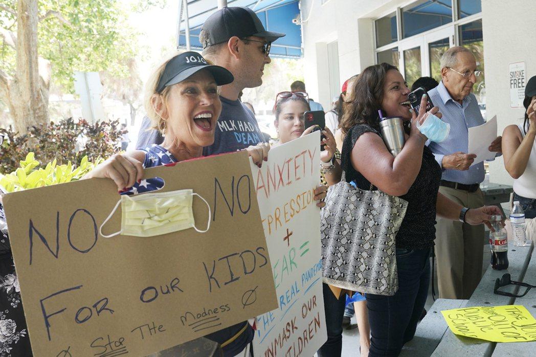 在佛羅里達州,有小型倡議團體強烈反對戴口罩,稱他們的個人權利會因此受侵蝕。 圖/...
