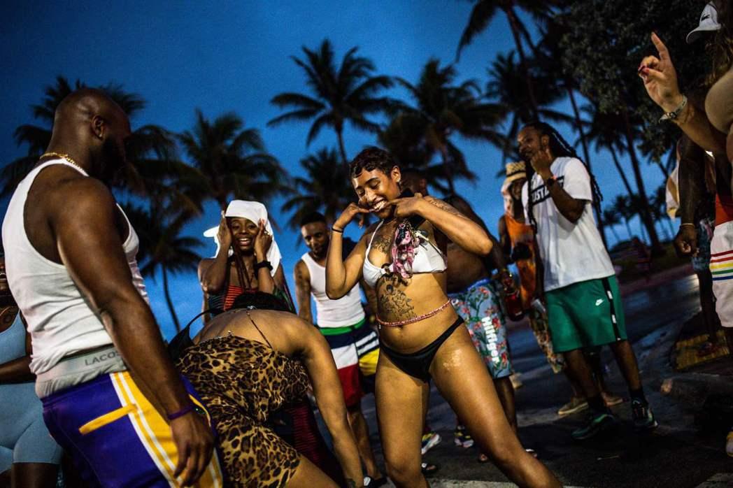 圖為今年3月在邁阿密海灘跳舞的民眾。 圖/法新社