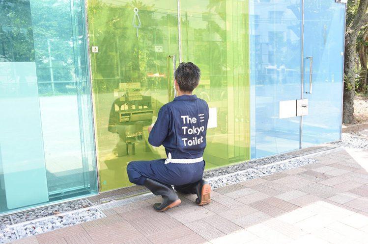 東京公廁計畫由清潔人員提供每日3次打掃,制服為NIGO設計。圖/取自nippon...