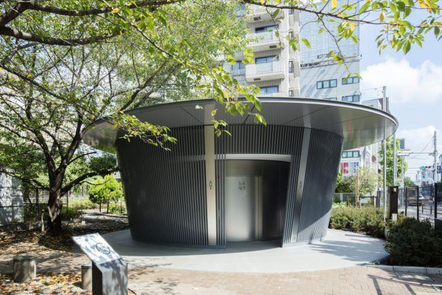 安藤忠雄打造的雨棚概念公廁,深灰色外觀具有融入在地環境的親和感。圖/取自toky...