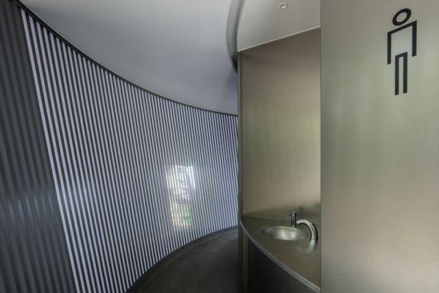 安藤忠雄創作的Amayadori,以垂直的隔柵引進自然風、自然光。圖/取自tok...
