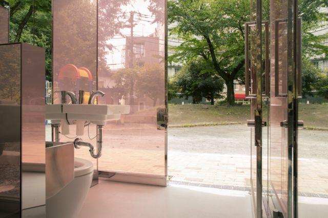 坂茂設計的代代木深町小公園公廁,可由外側看到內部環境,增加走進去使用的安心感。圖...