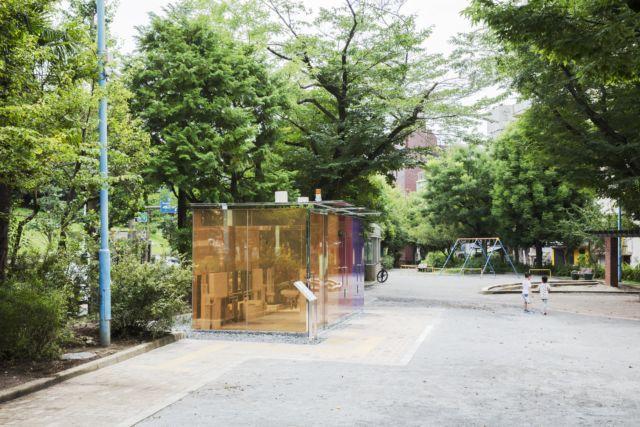 坂茂設計的代代木深町小公園公廁,上鎖後即自動轉變為不透明的牆面。圖/取自toky...