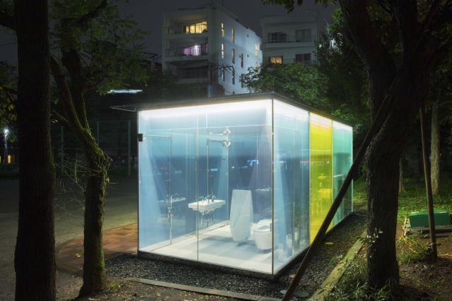 坂茂設計的春之小川公園藍色公廁,相較代代木深町小公園的設計為偏冷的藍色調。圖/取...