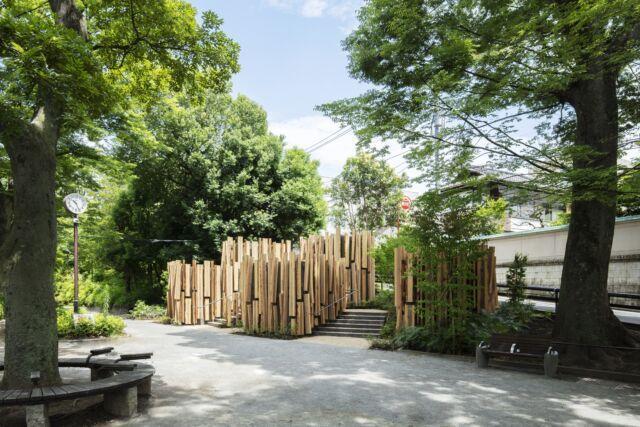 隈研吾創作的森林小徑公廁,符合後裔情時代的間距聚落空間。圖/取自tokyotoi...