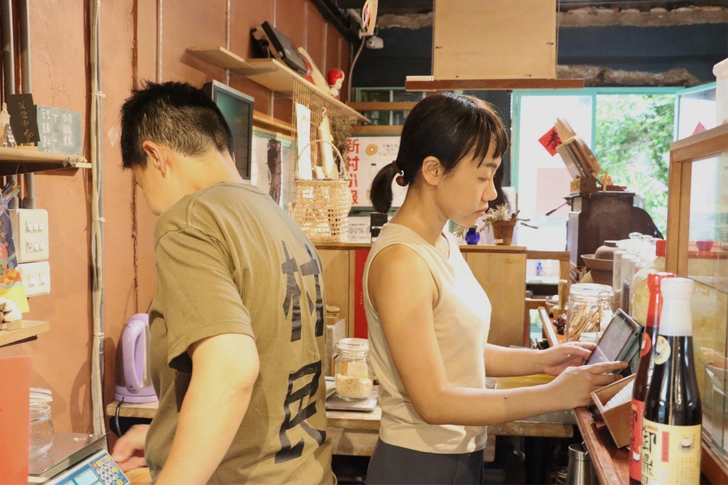 拉拉(左)與鳳嬌(右)於竹蜻蜓綠市集相識,進而踏上了兩人推行無包裝生活的道路。 ...