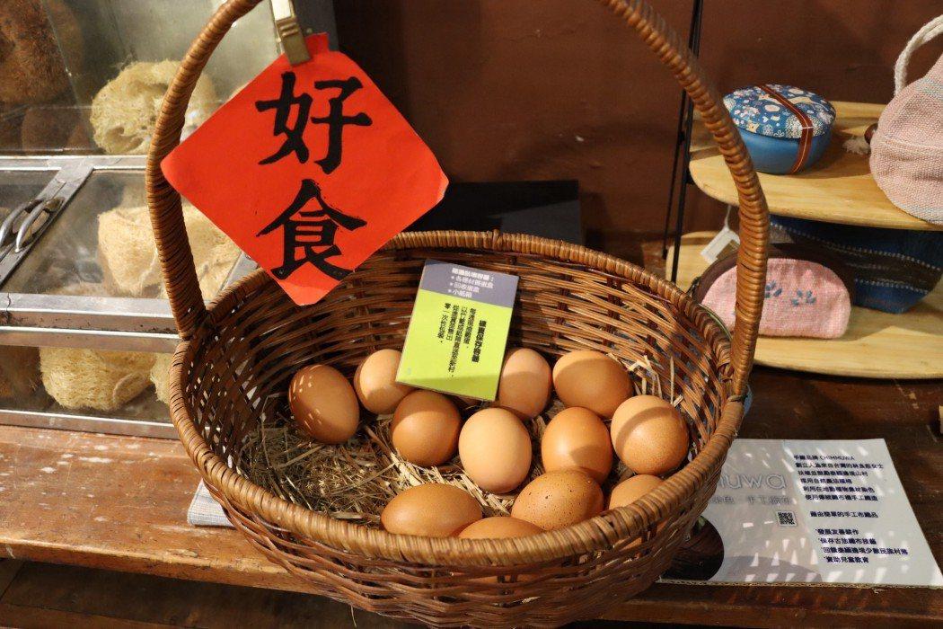 走訪生產地,確保販售的商品品質及安全。照片中的雞蛋,為拉拉與鳳嬌親自到養雞場確認...