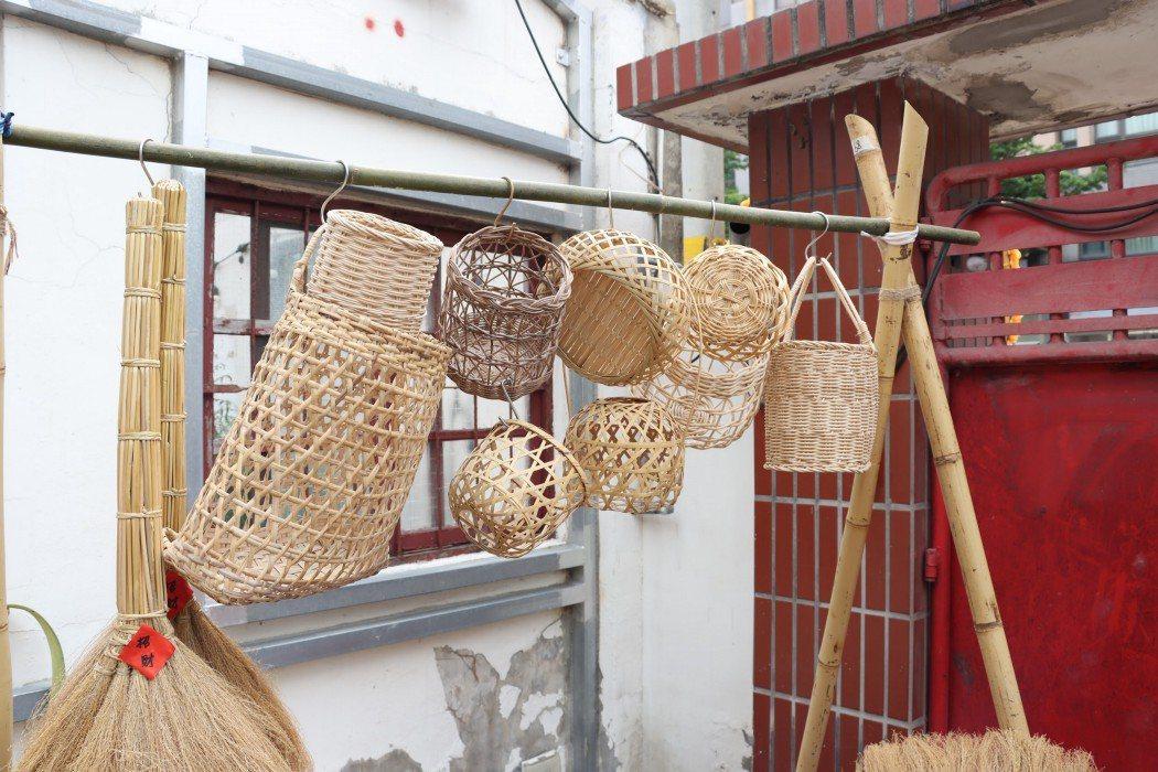 新春小商號致力於推廣各種天然民具,不僅與在地生產者合作,也開設藺草、竹編課程,讓...