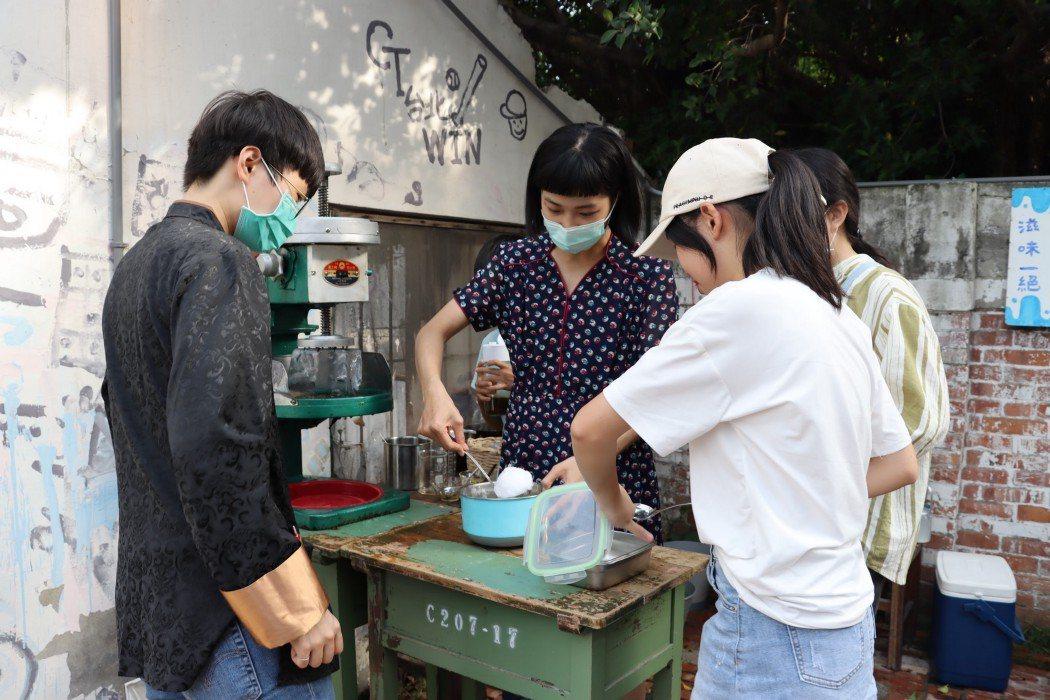 竹松社區大學的學員將零廢棄課程觀念,融入市集攤位;來到剉冰攤的顧客,必須自備容器...