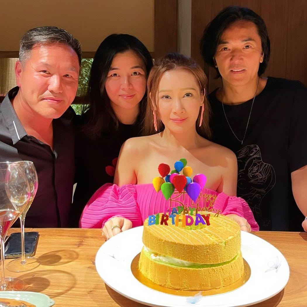 54歲鄭伊健(右一)2013年與小6歲的蒙嘉慧(左二)結婚,婚後生活相當低調,近...