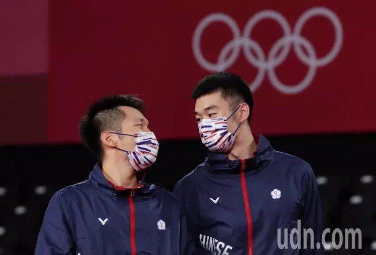 王齊麟(右)與李洋(左)為我國羽球隊奪得奧運史上第一面金牌,兩人默契相視。特派記...