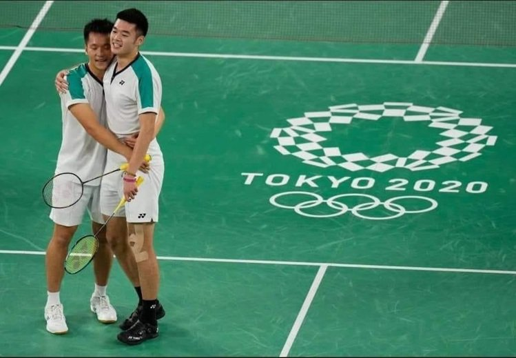 王齊麟(右)與李洋(左)摘下羽球男雙金牌後,兩人相擁的照片也成為網路瘋傳的美圖。...