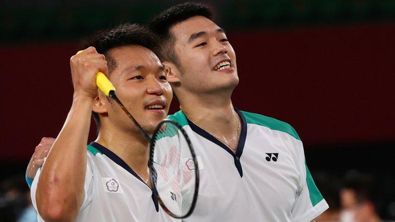 李洋(左)父親李峻淯表示,長期來看月領獎金能領比較多,將更有餘裕來行善,幫助貧困的運動員。 路透社