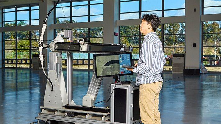Hyundai利用集團研發汽車的技術,開發出一台能夠測試每支箭質量的射箭機。 摘...