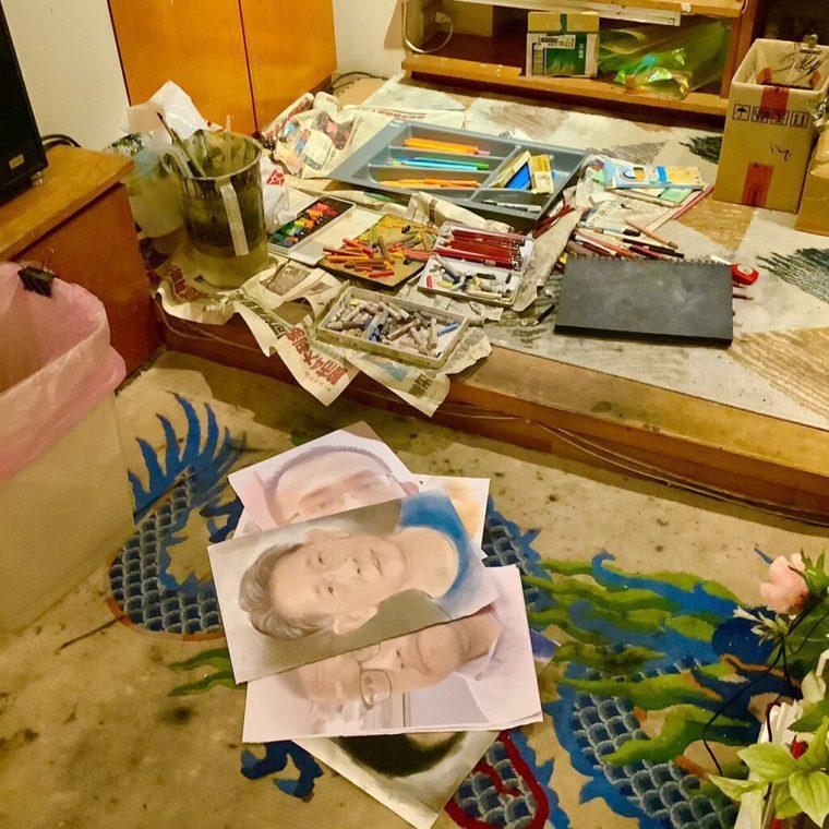 家中散落一地的畫筆與惟妙惟肖的人物畫。(圖/陳克華提供)