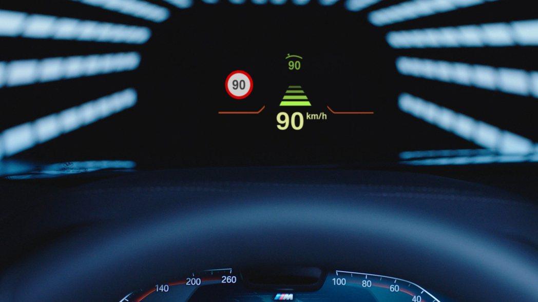 全彩車況抬頭顯示器將旅程相關資訊直接投射在視線範圍內,讓駕駛能將注意力集中在前方...