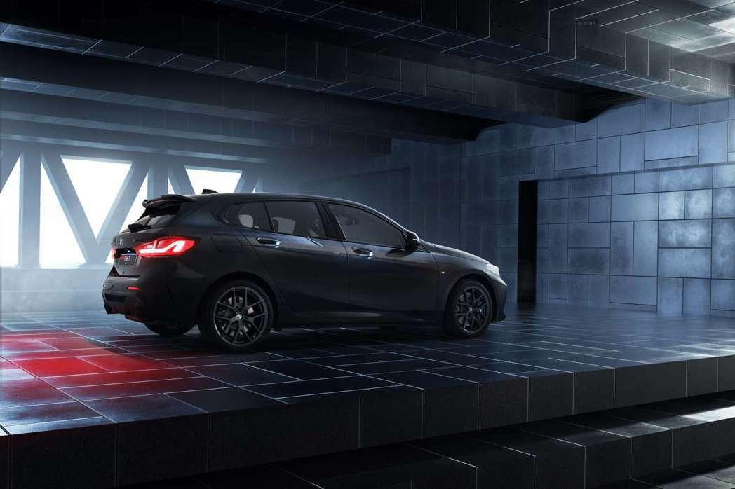 全新BMW M135i Black Storm Edition掀背尾門造型與兼具...
