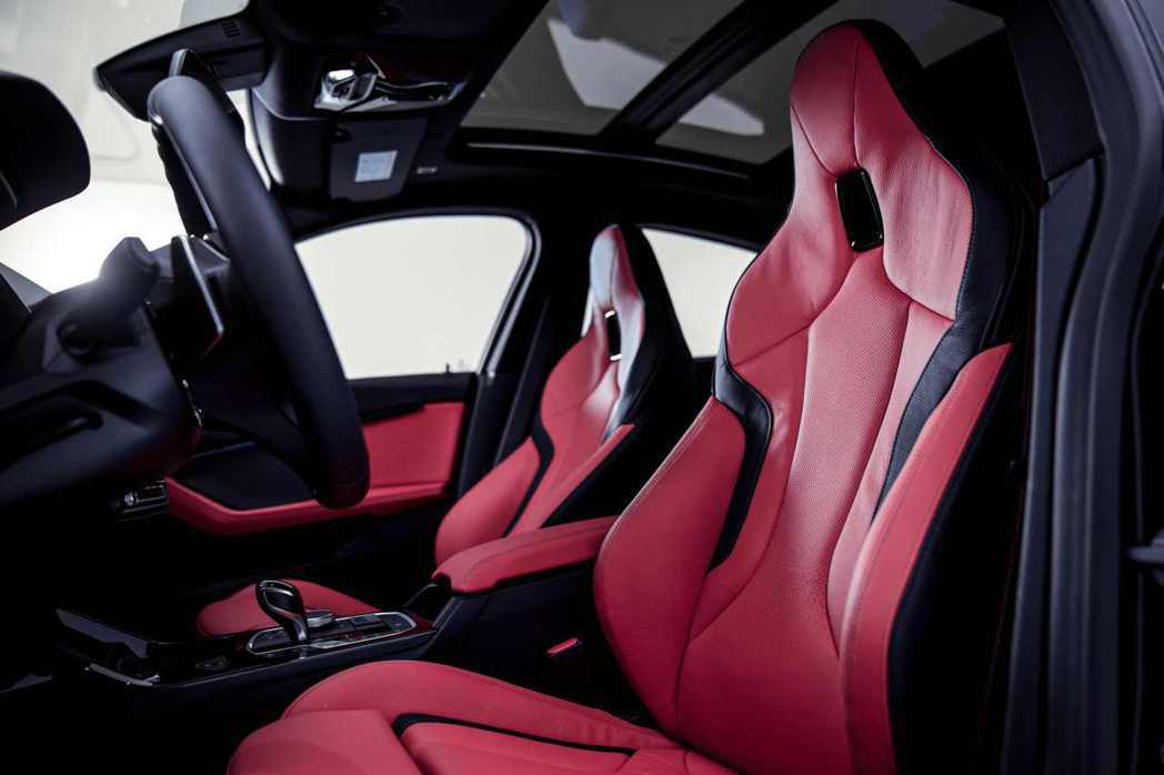 M雙前座跑車座椅更提供駕駛完美的舒適包覆性與支撐性。 圖/汎德提供