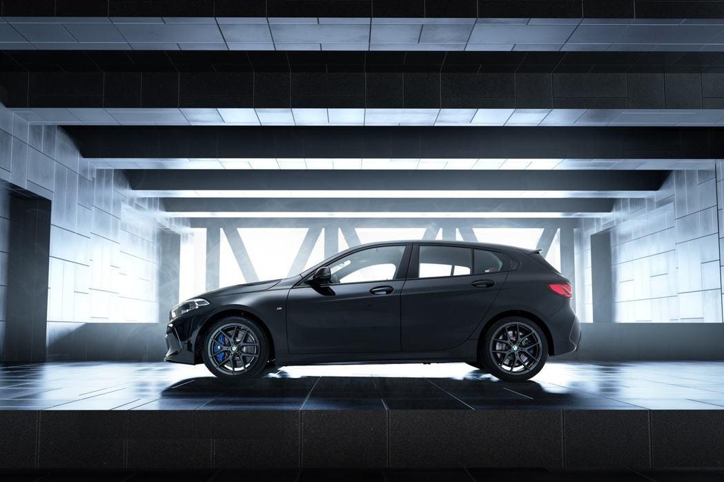 黑色18吋M款專屬V幅式輪圈與藍色卡鉗,為Black Storm Edition...