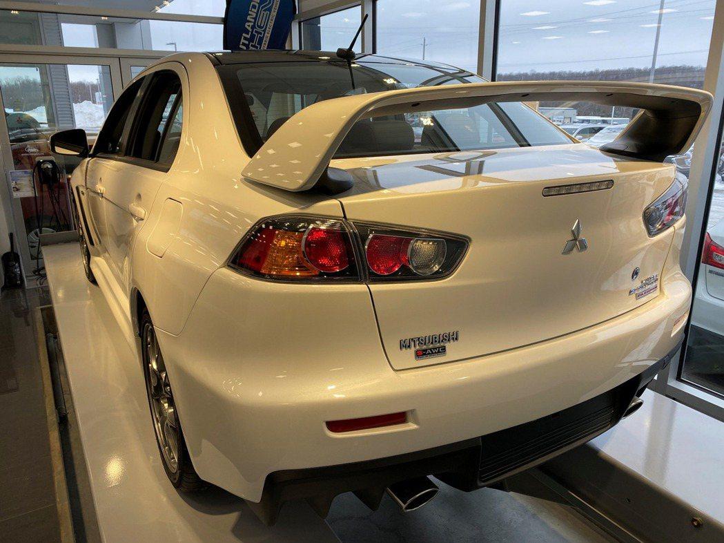 Mitsubishi Lancer EVO X標誌性的大尾翼。 摘自Carsco...
