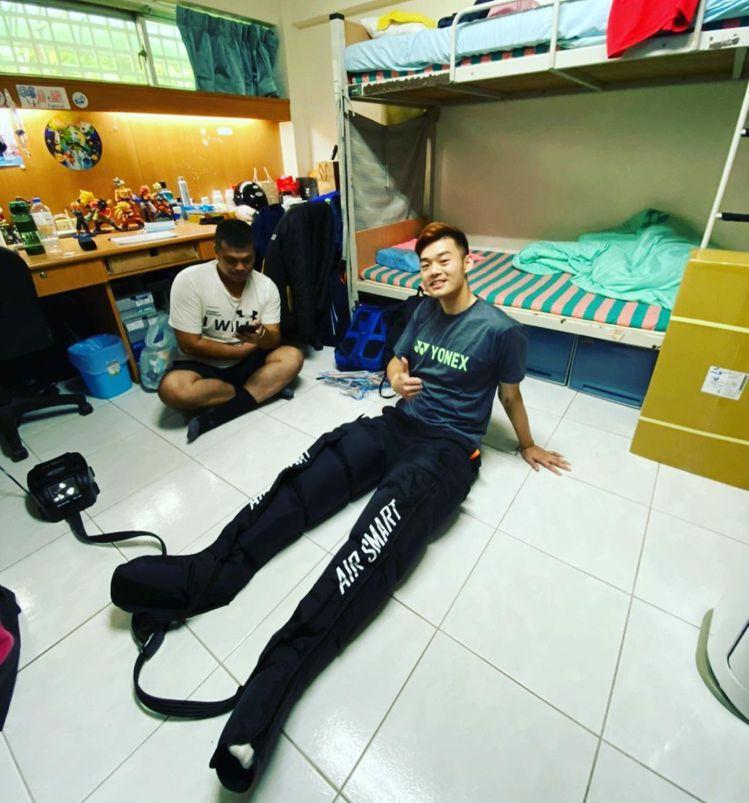 王齊麟身高188,連試用器材都能拍出無敵長腿的照片。圖/取自IG