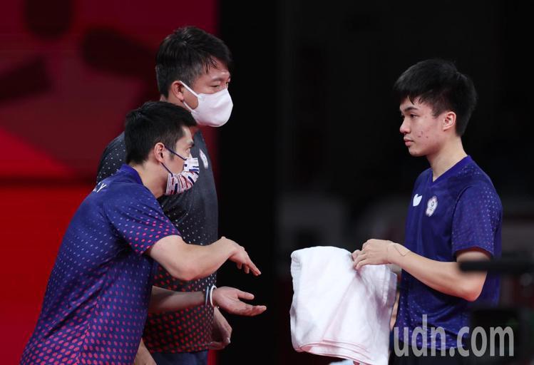 在團體賽的單打時,莊智淵(左一)不藏私,把經驗傳授給林昀儒,在場邊上演了世代交替...