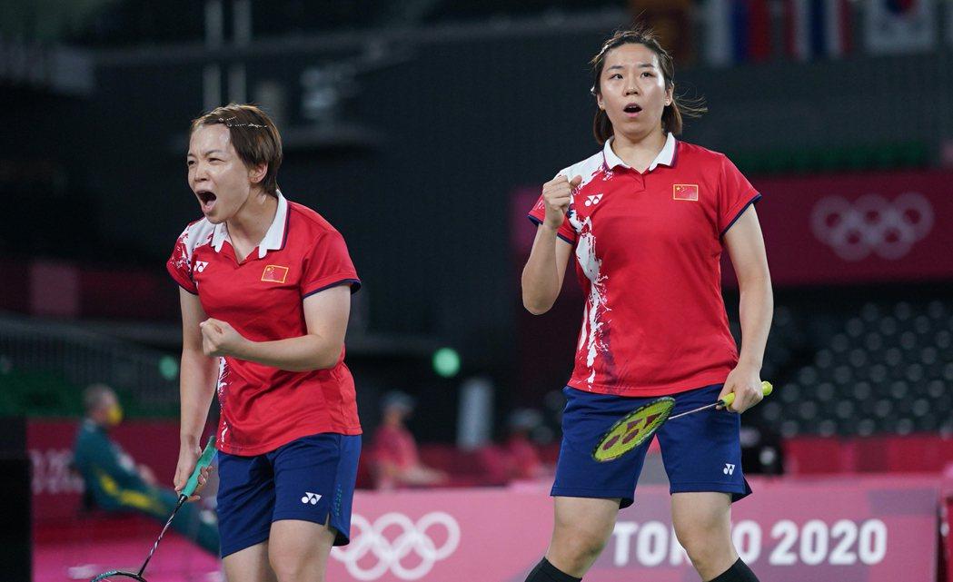 中國羽球女雙組合陳清晨、賈一凡2日拿下銀牌,但兩人的髒話風波還沒落幕。 圖/新華