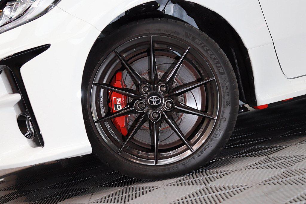 Toyota GR Yaris採前對四、後對二卡鉗搭配劃線通風碟的煞車系統,不僅...