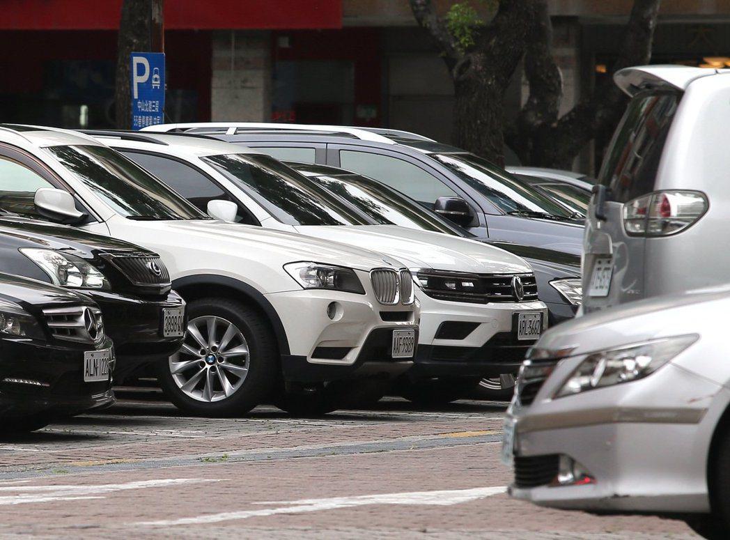 7月車廠品牌展間人流較6月明顯成長三成以上,帶動單月總車市掛牌數回到38,064...