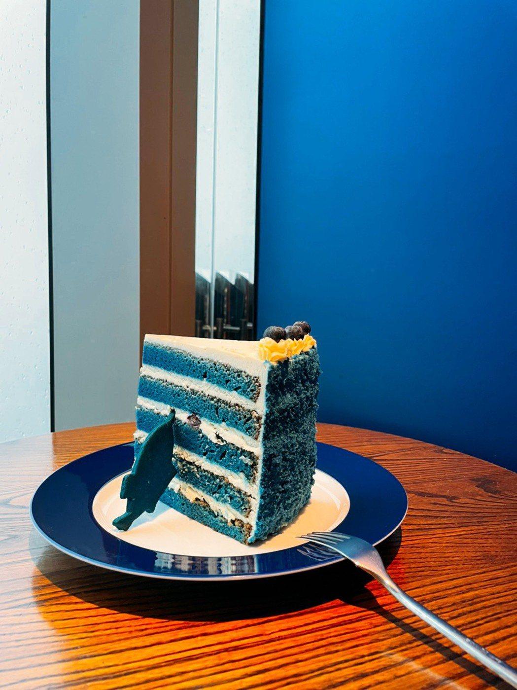 打疫苗者點主餐,即贈巨大藍絲絨蛋糕。業者/提供