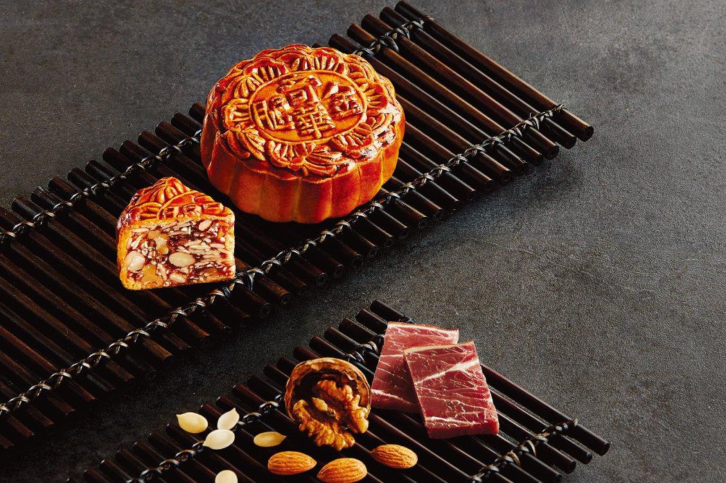 奇華餅家鎮店招牌「富貴中秋禮盒」訴求台灣在地純手工製造,滿載4款經典口味。