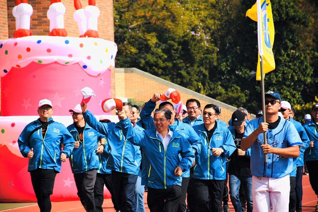 中國科大日前舉辦校慶活動,校長唐彥博(中)帶領主管跑步衝刺,象徵學校一路進步。 ...
