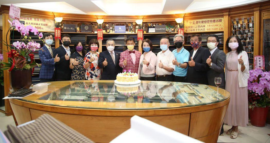 紳裝西服董事長李萬進(左六)與多位前來道賀貴賓  毛洪霖/攝影