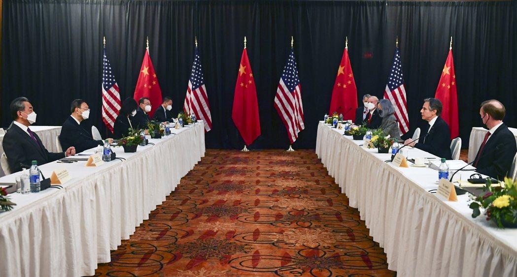 美中在準冷戰關係中前進,圖為今年3月美中在阿拉斯加會談。 美聯社