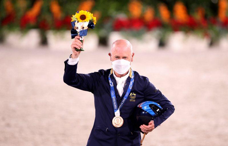 澳洲62歲馬術好手霍伊昨天在東京奧運三項賽團體賽和個人賽接連勇奪銀牌和銅牌,成為自1968年以來最年長的奧運獎牌得主。霍伊賽後表示,希望能繼續征戰到2032年布里斯本奧運。 路透社