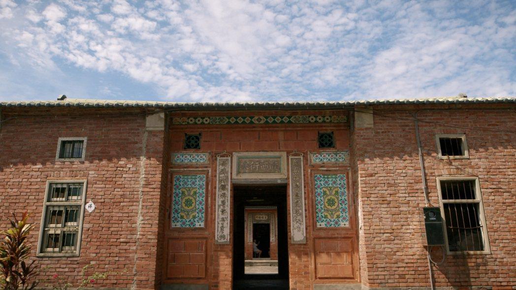 公視紀錄片「花磚而生」記錄傳統紅磚建築上的老花磚,盼帶領觀眾一睹這項建築文化瑰寶...