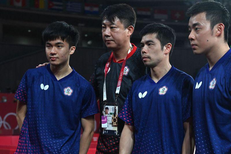 中華男團老中青三代一起奮戰,左起林昀儒、教練蔣澎龍、莊智淵、陳建安。 法新社